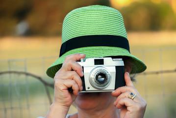 Donna scatta una foto nella natura in vacanza