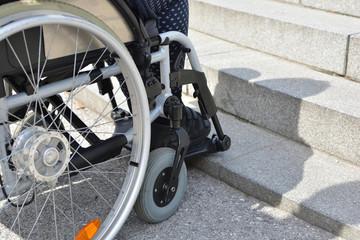 Gehbehinderte Frau im Rollstuhl