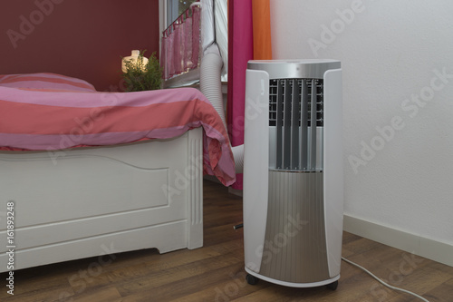 Mobile Klimaanlage kühlt das Schlafzimmer\
