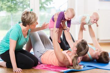 Frauen und ihre Kinder bei Mutter-Kind-Gymnastik