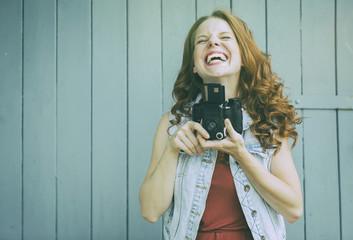 junge Fotografin im Urlaub mit analoger Kamera