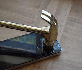 Hammer zerstört Smartphone-Display