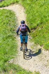 Mountainbiker im Downhill-Trail