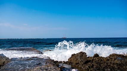 Welle bricht am steinigen Strand auf der Mittelmeerinsel Malta