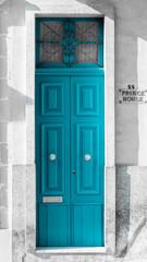 2-flügelige blaue Holz-Haustür mit Sprossen-Oberlicht und Türknauf auf der Mittelmeerinsel Malta