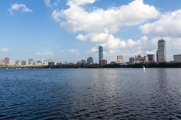 チャールズ川とボストンのビル群