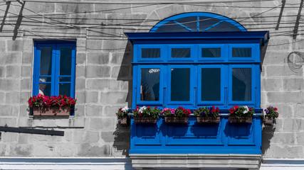 Blaues Fenster mit Erker im Fischereihafen Marsaxlokk auf Malta