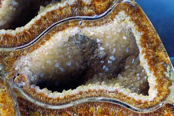Cristaux dans une alvéole d'ammonite