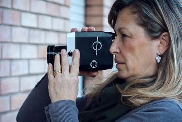 Donna con cinepresa