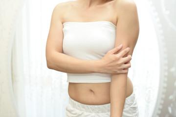 発疹に悩む女性