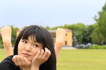 芝生の広場と女性