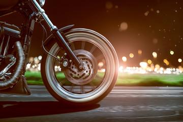 Motorrad fährt abends auf Landstraße