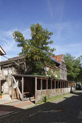 altes, verfallenes Fachwerkhaus aus Holz