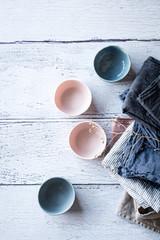 porzellan und keramik mit leinenhandtüchern