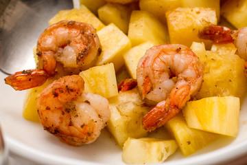 Креветки жареные с ананасами и специями.