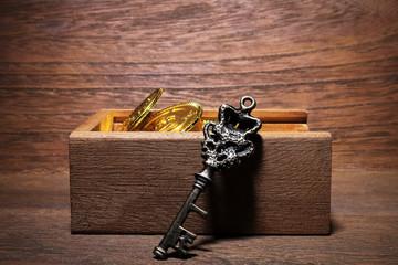 おもちゃの金貨と木箱