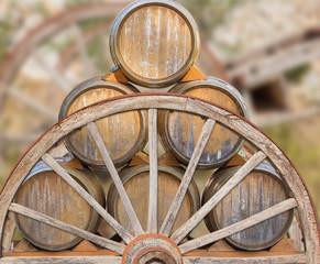 tonneaux sur vieille charrette en bois