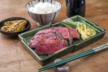 Japanisches Kobe Steak Filet mit Reis und Avocado als close-up auf Teller