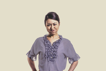 日本人女性 白背景 怒る