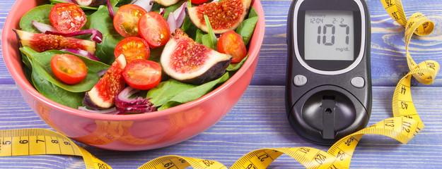 Sałatka owocowa i warzywna i glukometr z centymetrem