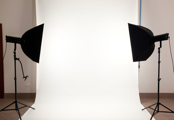 Professional Light in the Studio. The flash on a tripod.
