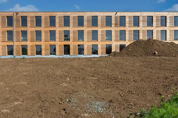 Neubau Gebäude mit Holzverkleidung Fassade