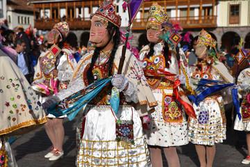 Péruviennes en costume de fête plaza de Armas à Cusco au Pérou