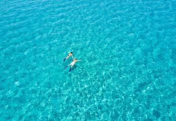 Paar schnorchelt zusammen im türkisen Wasser der Ägäis in Griechenland