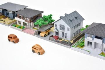 住宅街のイメージ - 木製の車とミニチュアハウス