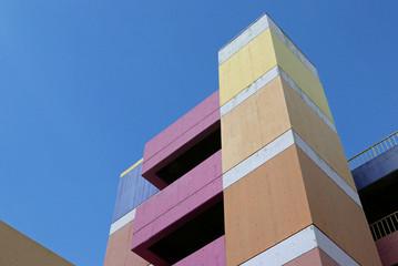 Blick nach oben auf eine bunt angemalte Betonfassade
