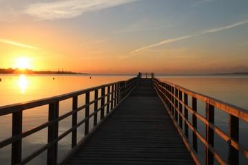 malerischer Sonnenaufgang an einer Seebrücke an der Ostsee mit Panorama auf die Eckernförder Bucht
