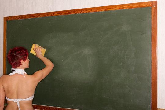 Lehrerin wischt die Tafel