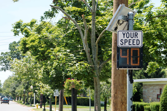 Speed radar tells drivers their speed