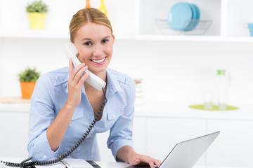 geschäftsfrau lächelt bei der arbeit