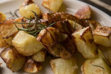Dettaglio patate arrosto con rosmarino