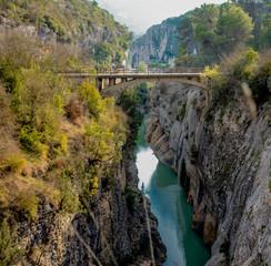 Perspektywa z góry mostu nad rzeką