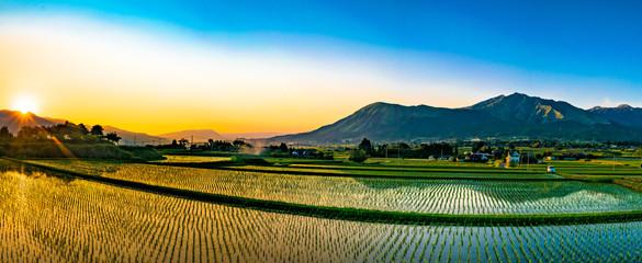 阿蘇山と田園の夕景 Fotoväggar