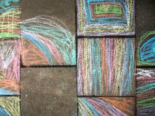 Kindermalerei mit bunter Kreide auf Gehweg