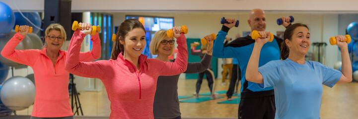 sportübung mit hanteln in der gruppe