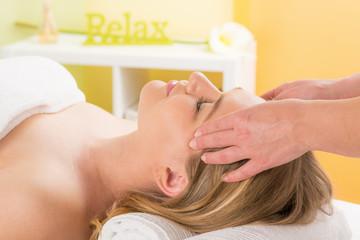 massage bei der gesichtsbehandlung