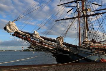 maritimes Flair mit Windjammer am Tiessenkai am Nord Ostsee Kanal in Kiel Holtenau