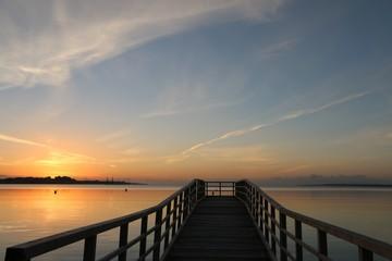 malerischer Sonnenaufgang an einer Seebrücke an der Ostsee, Schleswig-Holstein, Deutschland