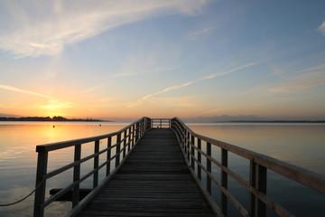 malerischer Sonnenaufgang an einem Steg an der Ostsee in Eckernförde, Schleswig-Holstein, Deutschland