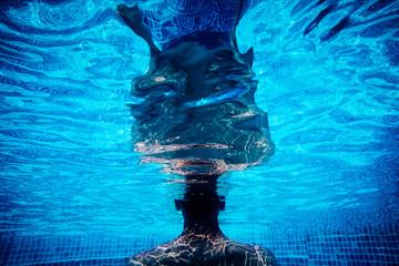 Mann steht in einem Swimming pool