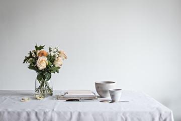 Stillleben mit Blumen Keramik und Büchern