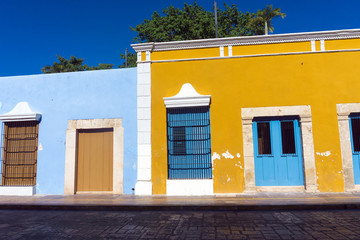 Fototapete - Yellow and Blue Colonial Architecture