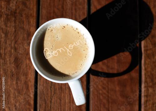 Bonjour écrit Dans Une Tasse De Café Stock Photo And