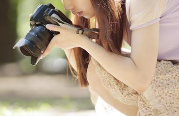 写真を撮る若い女性