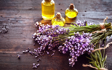 Keuken foto achterwand Lavendel Bunches of fresh lavender with essential oil