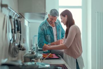 Paar Kocht zusammen zuhause